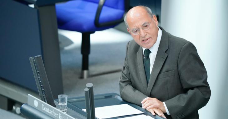 Gregor Gysi am Rednerpult des Bundestages © picture alliance/Flashpic/Jens Krick