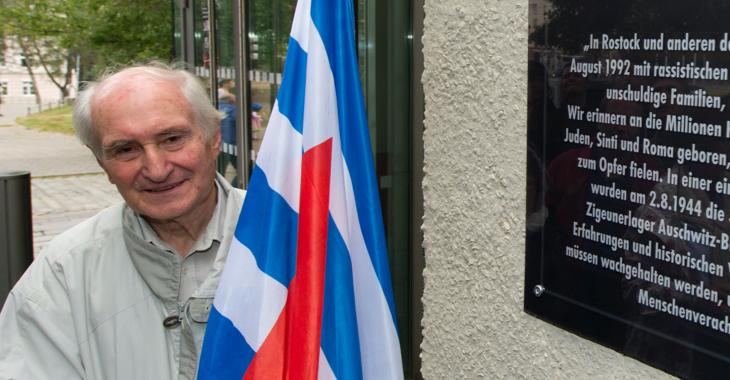 Heinrich Fink mit einer Fahne der Vereinigung der Verfolgten des Naziregimes – Bund der Antifaschistinnen und Antifaschisten ©picture alliance/dpa/Stefan Sauer