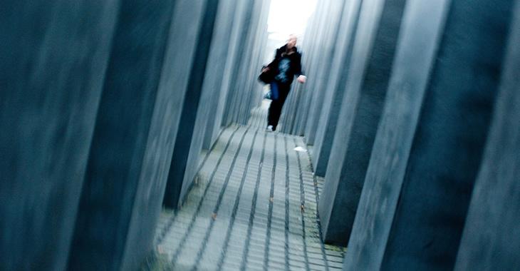 Eine Frau läuft durch das Holocaust-Mahnmal in Berlin © Raw Herring