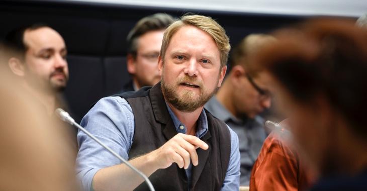 Jan Korte spricht während einer Fraktionssitzung der Linksfraktion im Clara-Zetkin-Saal des Bundestages © DBT/Thomas Imo/photothek