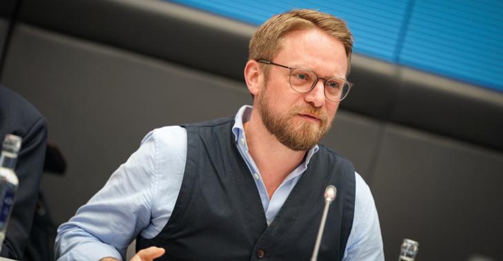 Jan Korte spricht während einer Fraktionssitzung