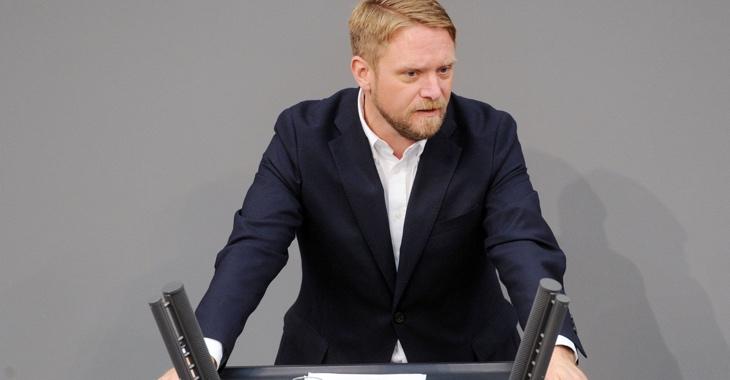 Jan Korte am Rednerpult des Bundestages © DBT/Achim Melde