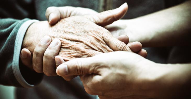 Zwei jüngere Hände halten eine ältere Hand © iStock/fzant