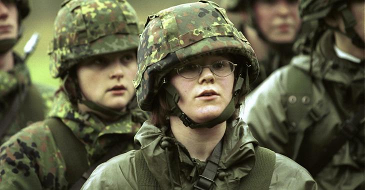 Junge Bundeswehr-Rekruten in Tarnanzügen und mit Helmen © picture alliance/Ulrich Baumgarten