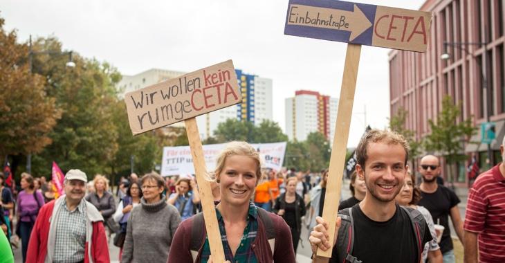 Demoteilnehmer halten Schilder mit den Aufschriften »Wir wollen kein rumgeCETA« und »Einbahnstraße CETA« © Jakob Huber/Campact