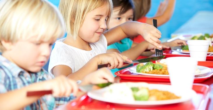 Schulkinder beim Mittagessen @ iStock/monkeybusinessimages