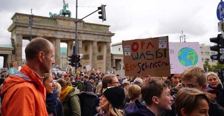 Teilnehmer beim Klimastreik am 20. September 2019 vor dem Brandenburg Tor in Berlin