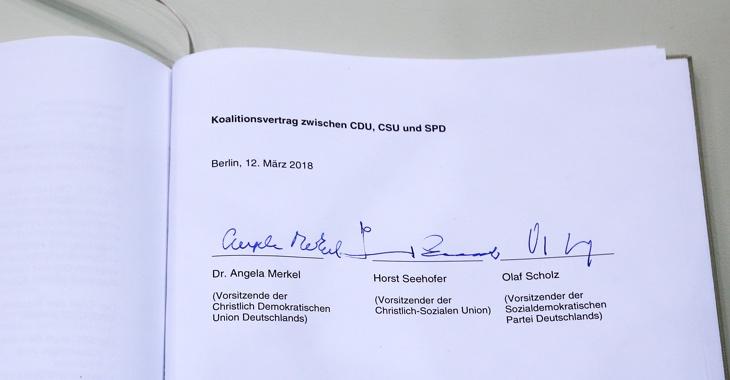 Koalitionsvertrag zwischen CDU, CSU und SPD vom 12. März 2018 mit den Unterschriften von Angela Merkel, Horst Seehofer und Olaf Scholz ©dpa/Wolfgang Kumm
