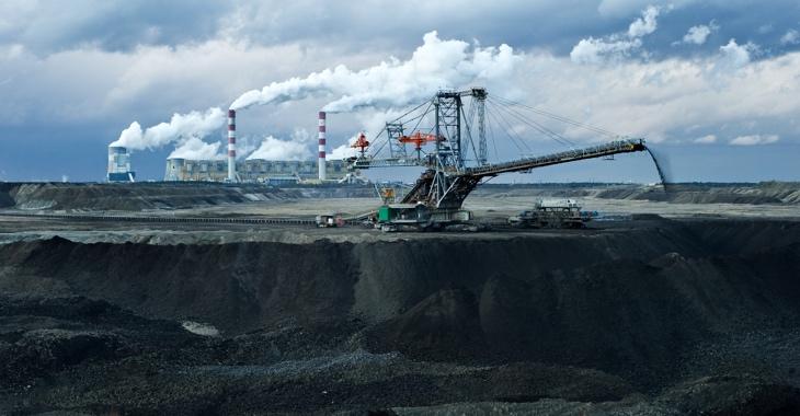 Kraftwerk hinter einem Kohletagebau © iStock/rozpedowski