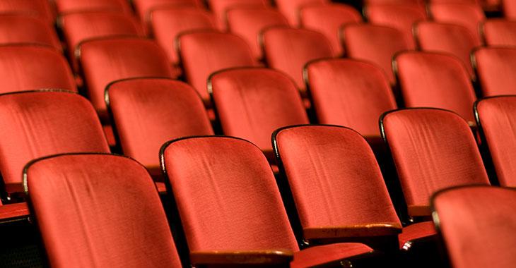 Leere Sitze eines Theaters