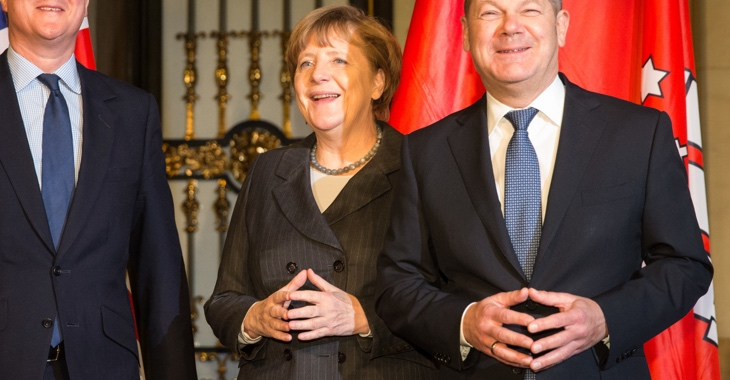Angela Merkel und Olaf Scholz machen die Merkel-Raute © Christian Charisius/dpa