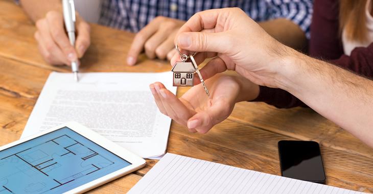 Unterzeichnung eines Mietvertrages und Überreichung der Hausschlüssel © iStockphoto.com/Ridofranz