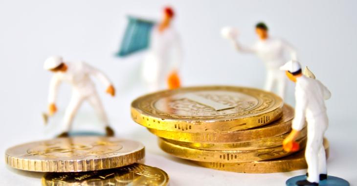 Arbeiter-Miniatur-Figuren stehen um Euro-Münzen herum © iStock/hkenanc