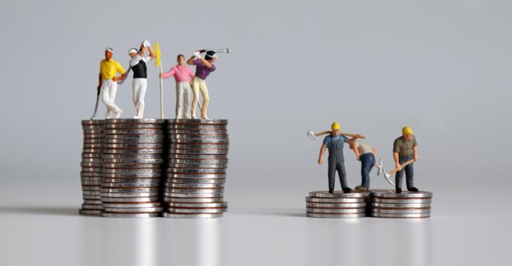 Golfspieler-Miniaturfiguren auf einem hohen Münzhaufen und Arbeiter-Miniaturfiguren auf einem flachen Münzhaufen © iStock