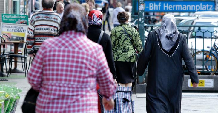 Passanten, darunter muslimische Frauen mit Kopftuch, am U-Bahnhof Hermannplatz in Berlin © REUTERS/Tobias Schwarz