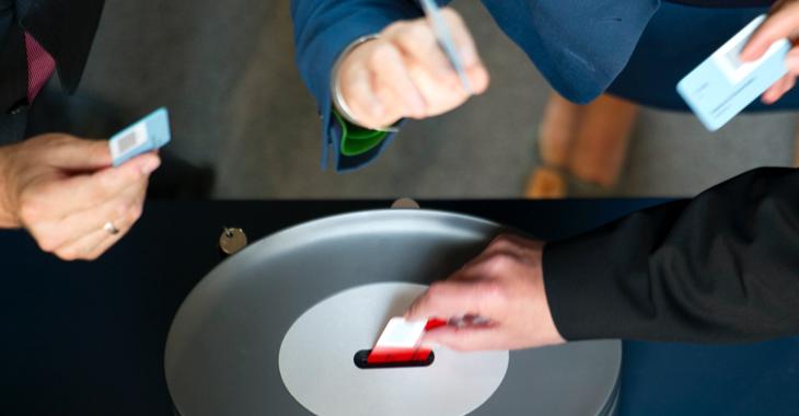 Abgeordnete stecken bei einer namentlichen Abstimmung im Bundestag ihre Stimmkarten in eine Wahlurne © Axel Schmidt/dapd