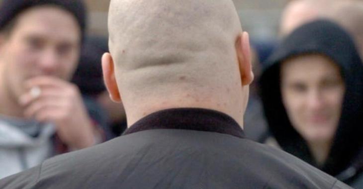 Glatzköpfiger Neonazi von hinten © dpa