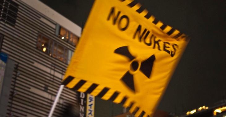 Gelbe Fahne mit der Aufschrift No Nukes und dem Atom-Symbol © flickr.com/midorisyu