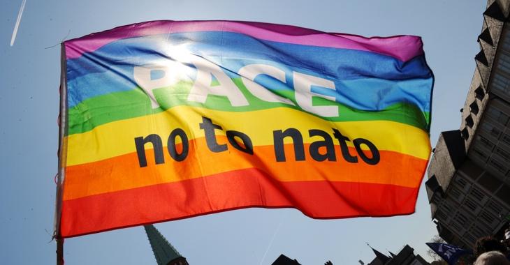 Eine Fahne mit der Aufschrift: PACE - no to nato © Boris Roessler/dpa/lhe