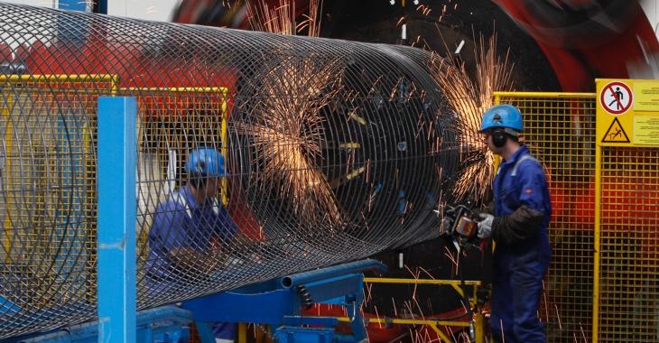 Im Nordstream-Zwischenlager Mukran auf der Insel Rügen schweißen zwei Arbeiter ein Stahlgeflecht des Betonmantels für die Rohrleitungen © REUTERS/Christian Charisius