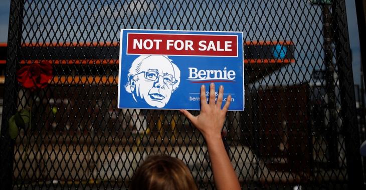 Eine Frau hält ein Schild mit der Aufschrift »Not for sale, Bernie« an einen Zaun © REUTERS/Adrees Latif