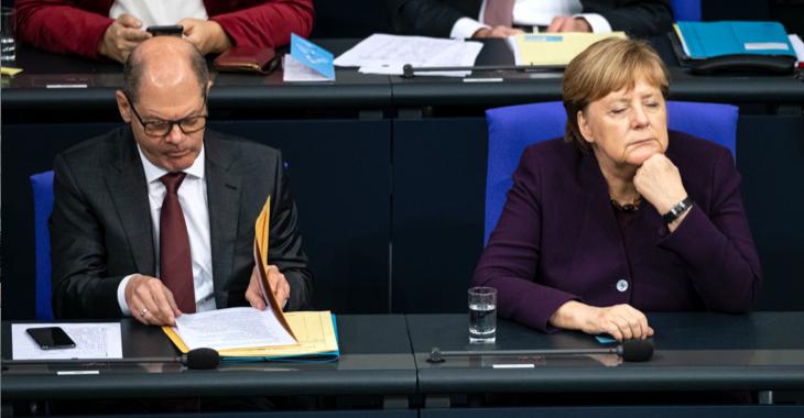 Olaf Scholz und Angela Merkel auf der Regierungsbank im Plenarsaal des Bundestages © picture alliance/dpa/Fabian Sommer