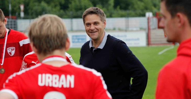 Oliver Ruhnert im Gespräch mit jungen Fußballern © Dennis Echtermann Photography