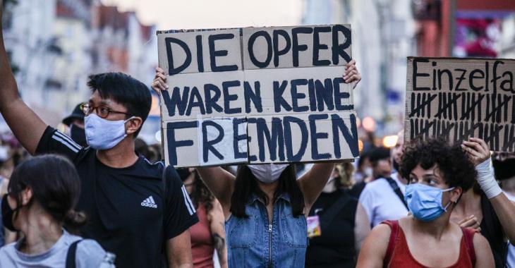 Bei einer Demonstration hält eine Frau ein Schild mit der Aufschrift: Die Opfer waren keine Fremden © ddp/Omer Messinger