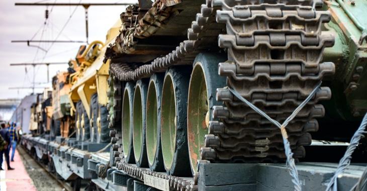 Panzer und andere Militärfahrzeuge auf einem Güterzug © iStock/Phantom1311