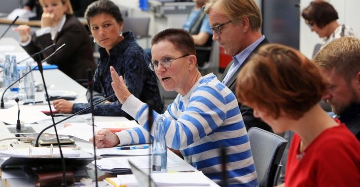 Petra Sitte spricht während einer Fraktionssitzung