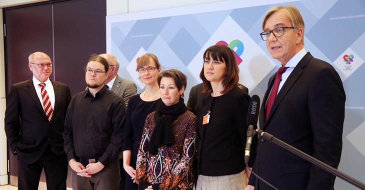Dietmar Bartsch, Jaqueline Bernhardt, Solveig Schuster, Eva von Angern, Norbert Müller, Heinz Hilger und Ulrich Schneider präsentieren am 1. Dezember 2016 das Netzwerk gegen Kinderarmut