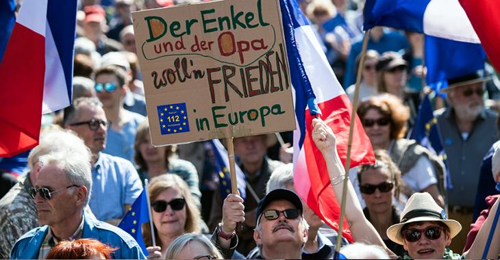 Bei einer Puls of Europe-Kundgebung in Frankfurt am Main hält ein Teilnehmer ein Schild mit der Aufschrift »Der Enkel und der Opa wollen Frieden in Europa« © Andreas Arnold/dpa