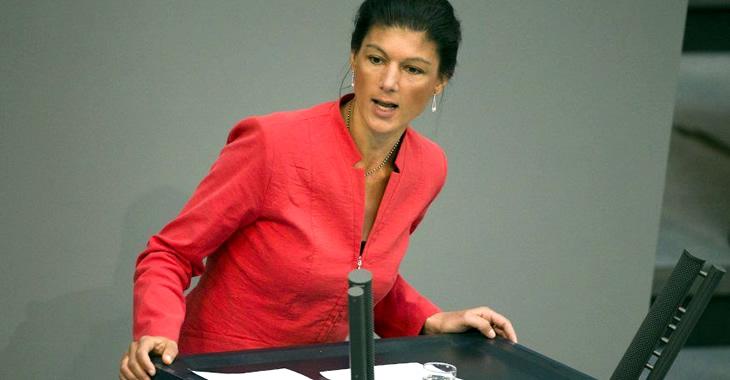 Sahra Wagenknecht am Rednerpuult des Bundestages © dpa