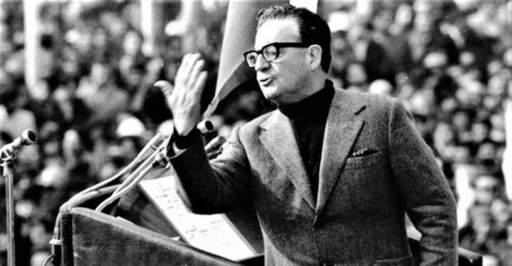 Chiles Präsident Salvador Allende hält bei einem öffentlichen Auftritt 1973 eine Rede © REUTERS