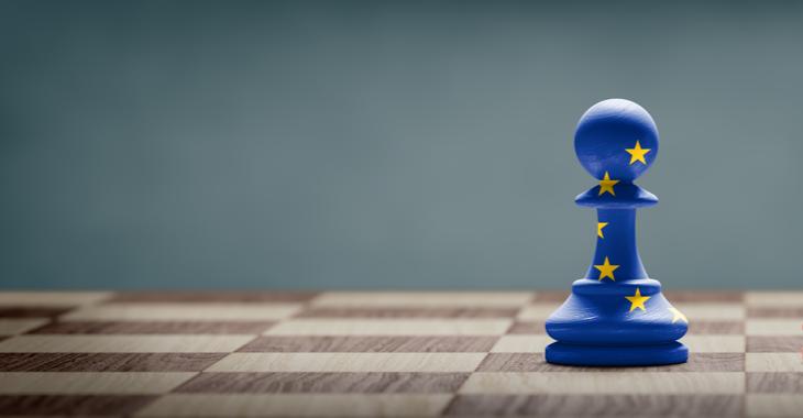 Eine mit der EU-Fahne bemalte Schachfigur auf einem Schachbrett © iStock/ffikretow