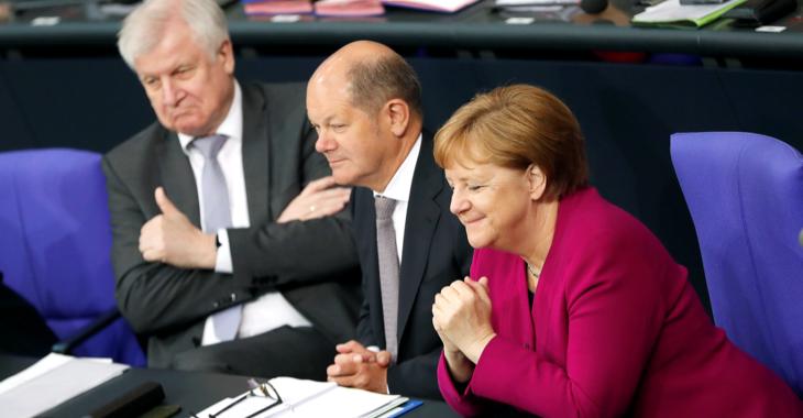 Horst Seehofer, Olaf Scholz und Angela Merkel auf der Regierungsbank im Plenarsaal des Bundestages © REUTERS/Fabrizio Bensch