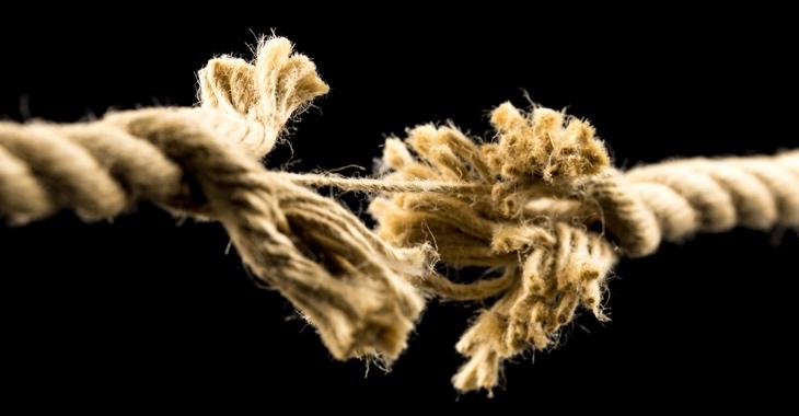 Seil droht zu zerreißen, alle Fäden bis auf einen zerrissen © iStock/Gajus