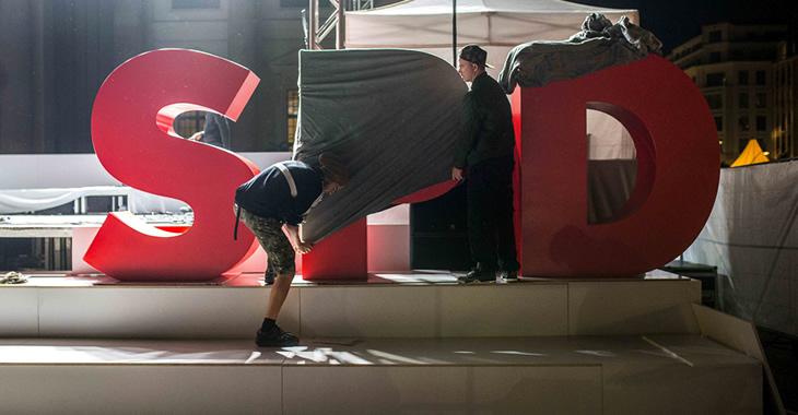 Arbeiter verhüllen ein überdimensionales SPD-Logo © picture alliance/ZUMA Press