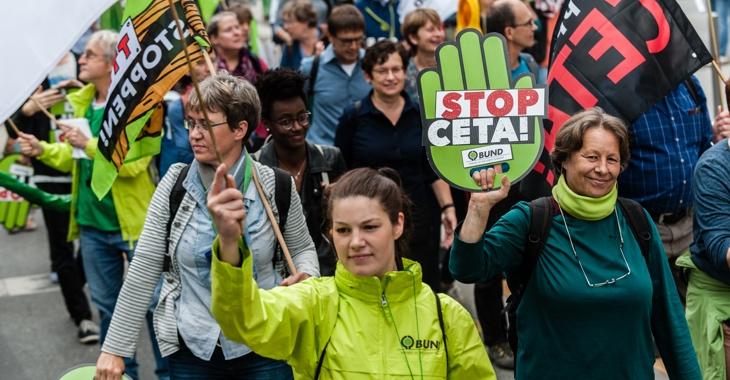 Bei der Demonstration am 17. September 2016 in Frankfurt am Main hält eine Teilnehmerin eine Schaumstoffhand mit der Aufschrift »Stop CETA!« © Patrick G. Stößer/Campact