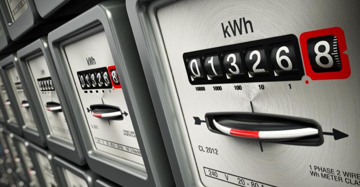 Mehrere Stromzähler neben- und übereinander ©iStock/adventtr
