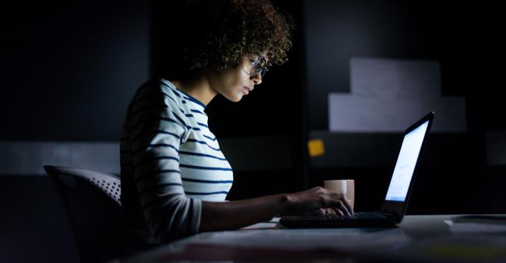 Eine Studentin arbeitet im Dunklen an einem Laptop-Computer © iStock/aldomurillo