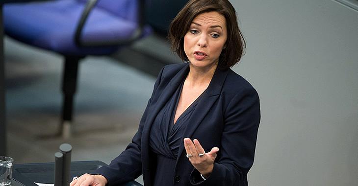 Susanna Karawanskij am Rednerpult des Bundestages © dpa