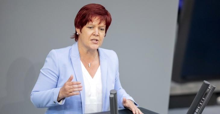 Susanne Ferschl am Rednerpult des Bundestages ©dpa/Christoph Soeder