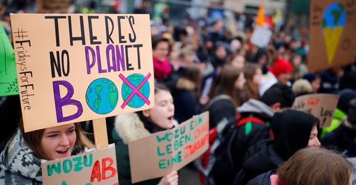 Bei einer FridaysForFuture-Demonstration am 1. Februar 2019 in Berlin hält eine Schülerin ein Schild mit der Aufschrift: There's no Planet B © REUTERS/Hannibal Hanschke