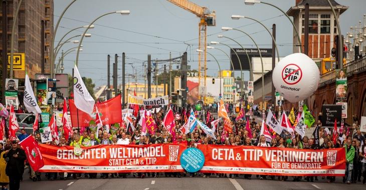 320.000 Menschen demonstrierten am 17. September 2016 bundesweit (wie hier in Berlin) gegen die Freihandelsabkommen TTIP und CETA © Jakob Huber/Campact