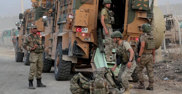 Türkische Soldaten entladen am 11. Oktober 2019 in der Grenzstadt Akcakale einen Lkw der türkischen Armee @ REUTERS/Khalil Ashawi