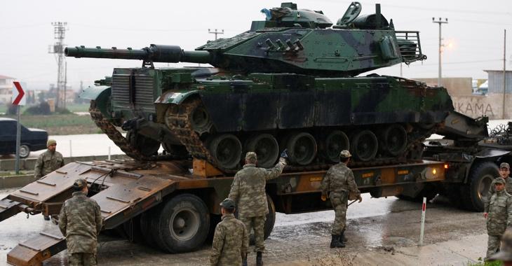 Ein Panzer der türkischen Armee wird am 17. Januar 2018 nahe der türkisch-syrischen Grenze in der Grenzstadt Reyhanli, Provinz Hatay, von einem Transporter entladen © Reuters