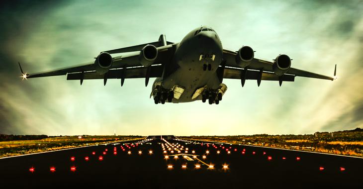 Ein Militär-Transportflugzeug hebt über einer Startbahn ab © iStock/guvendemir