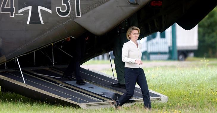 Verteidigungsministerin Ursula von der Leyen steigt verlässt einen Hubschrauber der Bundeswehr ©REUTERS/Ralph Orlowski