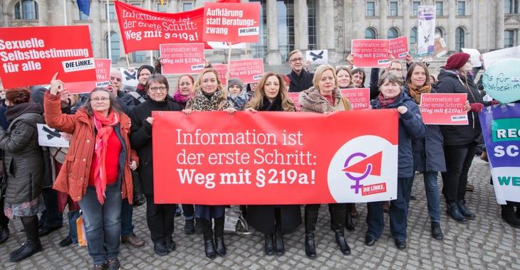 Mitglieder der Linksfraktion halten bei Protesten vor dem Bundestag ein Transparent mit der Aufschrift »Information ist der erste Schritt: Weg mit §219 a!«